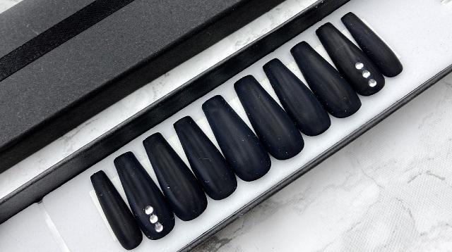 ETSY - Nailedbymandy Press on Nails - Schwarz matt mit Swarovski Steinchen Review - Closeup Nägel